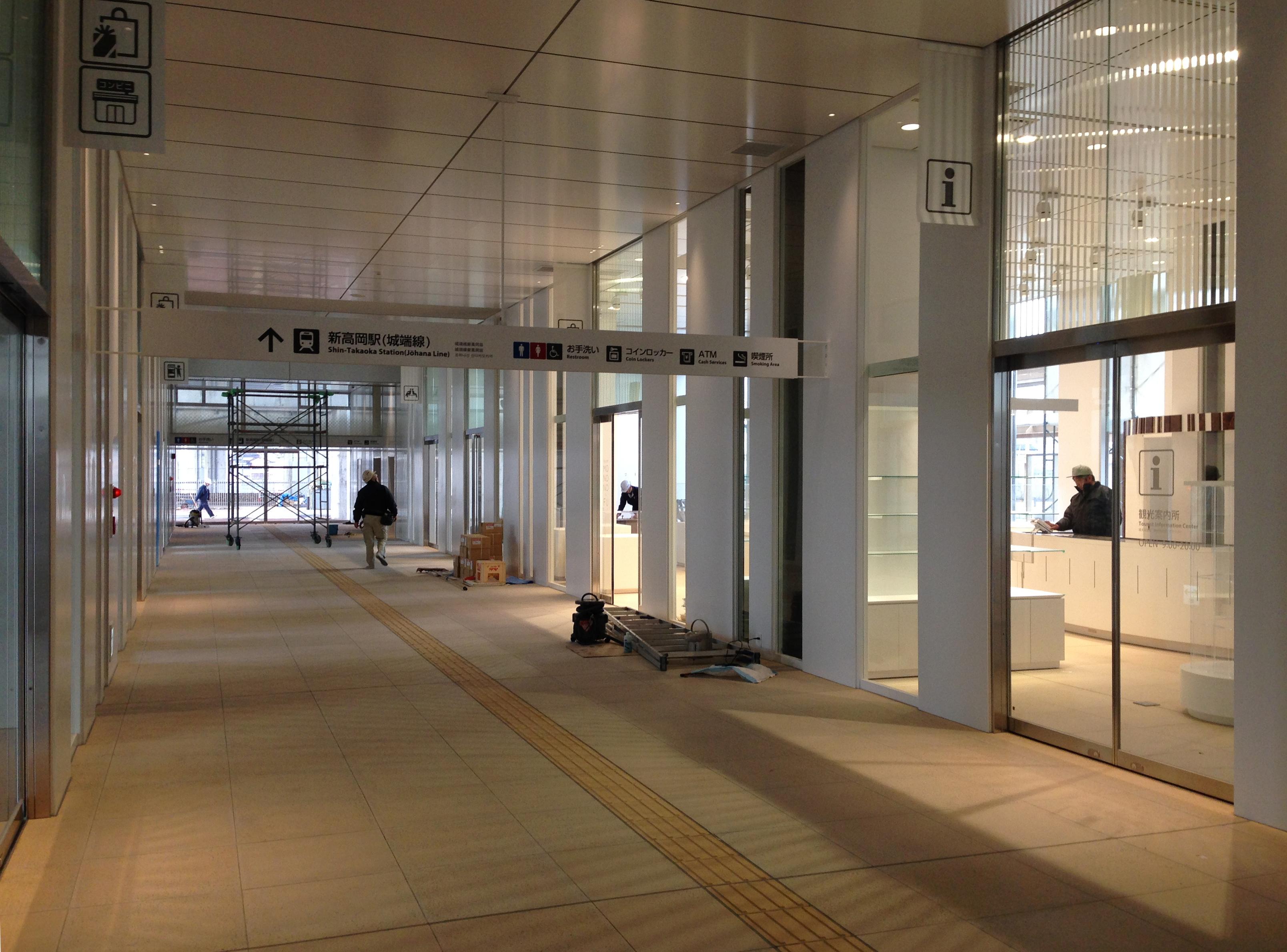 新高岡駅 中廊下